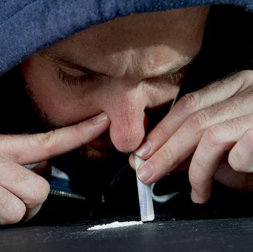 Ein Mann schnuppern ein Kokain Bild Foto Bild &quot;Breite =&quot; 327 &quot;Höhe = &quot;1945&quot; </p> <p style=